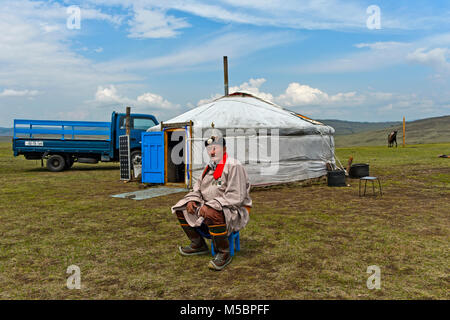 Nomad âgés de sexe masculin en costume traditionnel assis devant sa yourte, Mongolie Banque D'Images