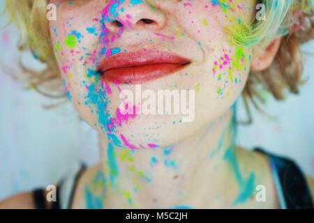Belle jeune femme avec de la peinture dans son visage Banque D'Images