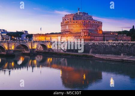 Vue de la nuit de Sant' Angelo Château à Rome, Italie Banque D'Images