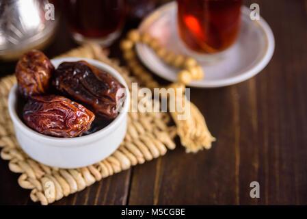 Plateau et friuts date pour l'iftar. Chapelet. Copy space Banque D'Images