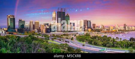 Perth. Paysage urbain panoramique droit de Perth, Australie au cours de l'horizon le coucher du soleil spectaculaire. Banque D'Images