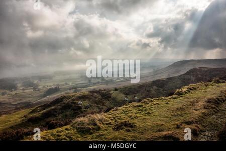 Ilkley Moor, West Yorkshire, Royaume-Uni. 22 février 2018. Météo France: Beaux rayons crépusculaires que le brouillard Banque D'Images