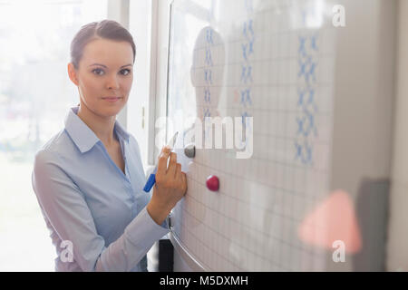 Portrait of young woman in office Banque D'Images