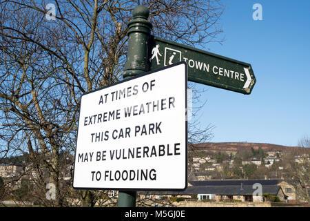 Panneau d'avertissement d'inondation du parking à Rothbury, Northumberland, England, UK Banque D'Images