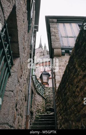 Escaliers dans une rue étroite avec des maisons en pierre et vintage lampe dans le centre du village du Mont Saint Banque D'Images