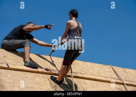 Un homme aide une femme à une course Run Légion force tenue à Sofia, Bulgarie le 26 juillet 2014 Banque D'Images