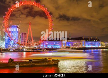 Londres, Royaume-Uni, le 17 février 2018: UK Skyline dans la soirée. Éclairage de la London Eye et la Tamise à Banque D'Images