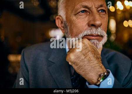 Portrait of senior man thinking élégant Banque D'Images