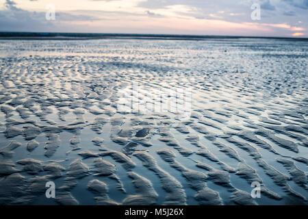 France, Normandie, Cotentin, Portbail, plage à marée basse au coucher du soleil Banque D'Images