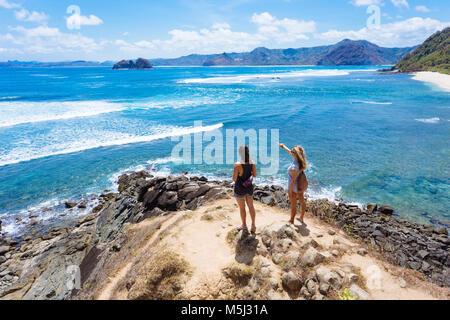 L'Indonésie, Lombok, deux jeunes femmes au littoral de l'océan Banque D'Images
