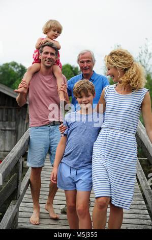 Happy Family walking together sur demande en été Banque D'Images