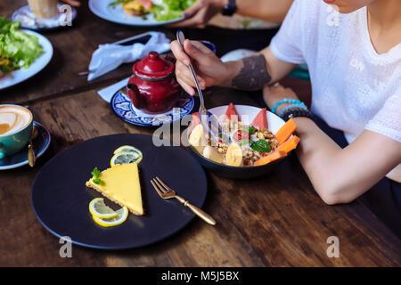 Femme ayant un repas sain dans un café Banque D'Images