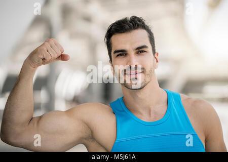 Portrait de l'homme dans la ville, la formation flexing muscles Banque D'Images