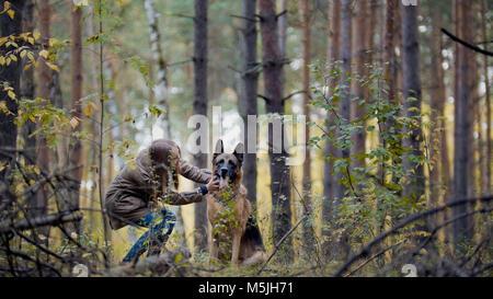Jolie fille jouant avec son animal de compagnie - berger allemand dans la région de park Banque D'Images