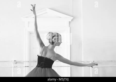 Danseuse de ballet classique vue de côté. Belle ballerine ballet gracieux pratique des positions en tutu jupe près Banque D'Images