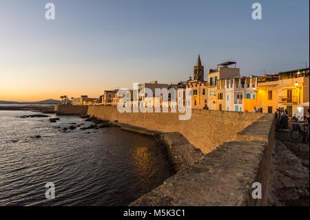 Bord de mer dans la ville côtière d'Alghero après le coucher du soleil, Sardaigne, Italie Banque D'Images