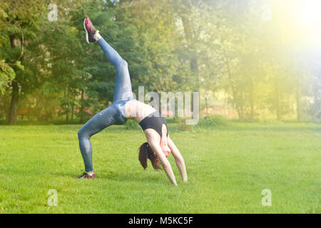 Femme athlète, woman runner stretching ses jambes et le bas du corps après l'exercice et l'élaboration avec beau Banque D'Images