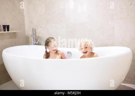gar on debout dans la baignoire avec de l 39 eau rose banque d 39 images photo stock 282403555 alamy. Black Bedroom Furniture Sets. Home Design Ideas