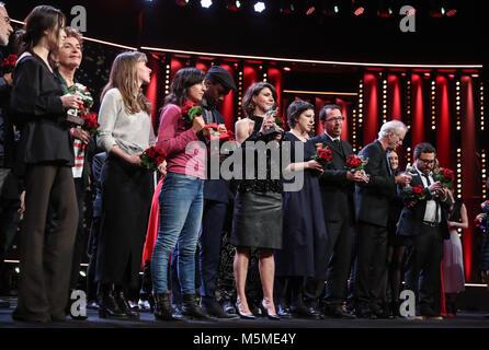 Berlin, Allemagne. Feb 24, 2018. Gagnants de poser pour des photos lors de la cérémonie de remise des prix du 68e Festival International du Film de Berlin, à Berlin, Allemagne, le 24 février 2018. Credit: Shan Yuqi/Xinhua/Alamy Live News
