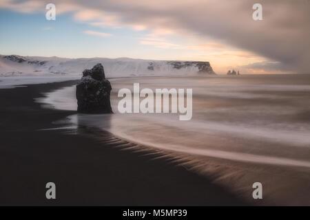 Neige en hiver la plage de Reynisfjara qui jouit, en Islande