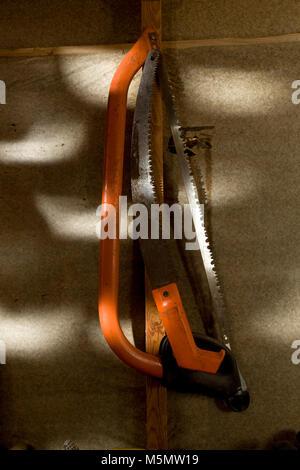 Outils de jardinage de raccrocher en shed Banque D'Images