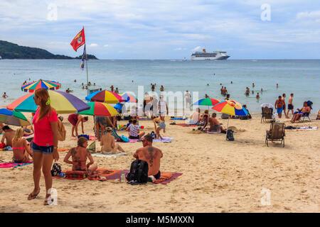 Les gens sur la plage de Patong avec bateau de croisière dans l'arrière-plan, Phuket, Thailand