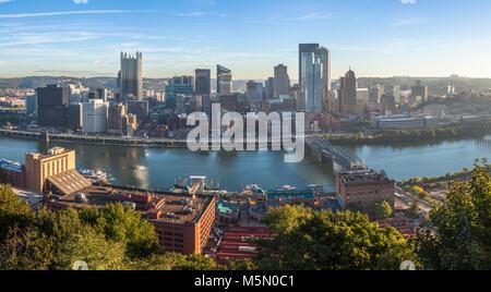 Le centre-ville de Pittsburgh skyline avec la rivière Monongahela à Pittsburgh, Pennsylvanie, USA. Banque D'Images