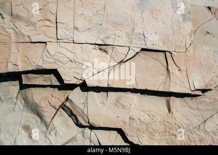 Close-up partie de mur en pierre en couches inégales. Banque D'Images