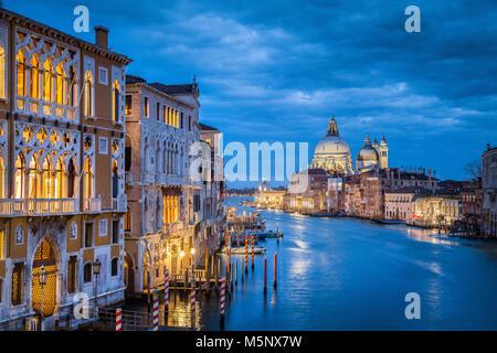 La vue classique du célèbre Canal Grande historique avec la Basilique Santa Maria della Salute en arrière-plan dans Banque D'Images