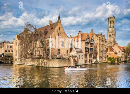 Centre-ville historique de Bruges, souvent appelée la Venise du Nord, avec les touristes de prendre un tour de bateau sur une journée ensoleillée, Flandre orientale, Belgique