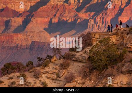 Les gens se rassemblent pour regarder le coucher du soleil près de Mather Point, Grand Canyon South Rim , Arizona Banque D'Images
