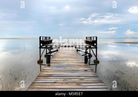 La mer de l'île solitaire pont seul triste miss you Banque D'Images