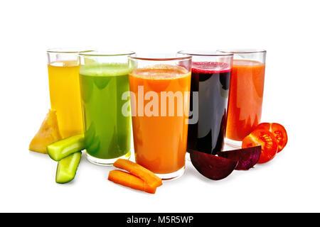 Cinq grands verres de jus de carotte, tomate, concombre, betterave et la citrouille avec tranches de légumes isolé Banque D'Images