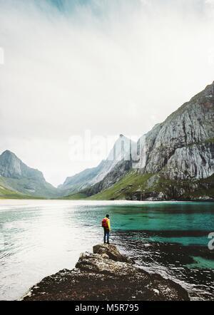L'homme seul backpacker en mer de Norvège en pierre style de voyage concept émotionnel de survie en plein air aventure Banque D'Images