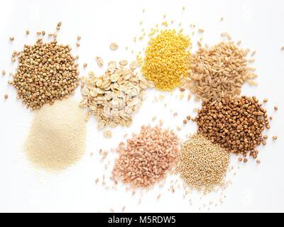 Ensemble de heap divers grains et céréales - vert cru sarrasin, semoule, flocons d'avoine, millet, riz brun, de Banque D'Images