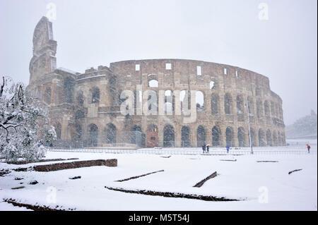 Rome, Italie. 26 Février, 2018. La neige à Rome, le Colisée. Credit: Vito Arcomano/Alamy Live News