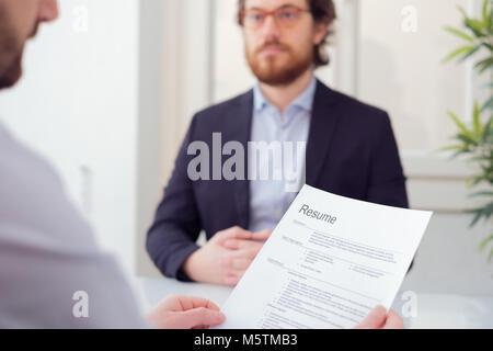 Au cours d'études lecture recruteur job interview Banque D'Images