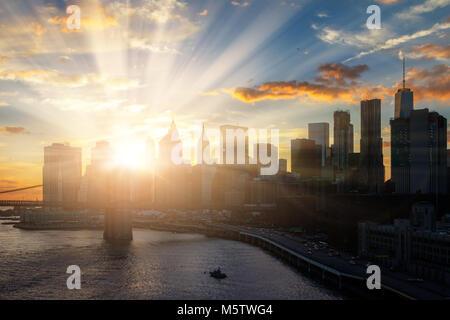 Soleil brille sur New York City Manhattan skyline Banque D'Images