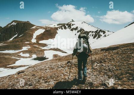 Sac à dos de randonnée homme avec grand style de voyage concept de survie en plein air aventure vacances actives Banque D'Images