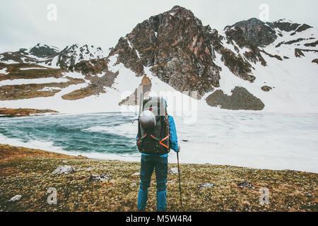 Le meilleur homme avec grand style sac à dos alpinisme aventure concept survie voyage vacances actives en plein Banque D'Images