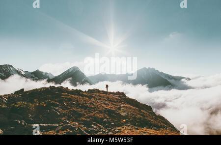 Voyageur en montagne paysage nuages vie voyage adventure concept vacances d'une échelle indiquant la Banque D'Images