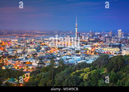 Auckland. Image de ville Auckland skyline, New Zealand prises de Mt. Eden au crépuscule. Banque D'Images
