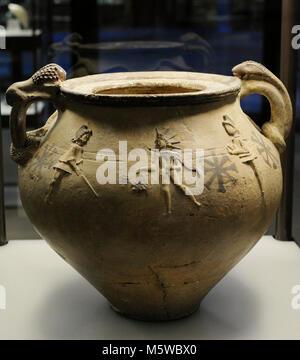 Poteries représentant Mithra entourée par la torche des brancardiers Cautes et Cautopates. 2ème-3ème siècles. De Banque D'Images