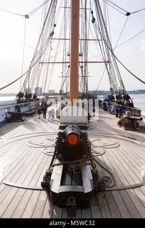 Armstrong 110 livres, des armes à feu se chargeant par le canon rayé sur le pont supérieur, le HMS Warrior, orienté vers l'avant sur le gaillard (fo'csle). Portsmouth Historic Dockyard UK