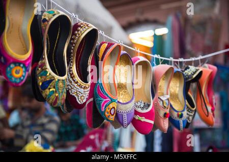 Un éventail coloré de chaussures pour femmes à l'extérieur du marché indien du Rajasthan, Inde Banque D'Images