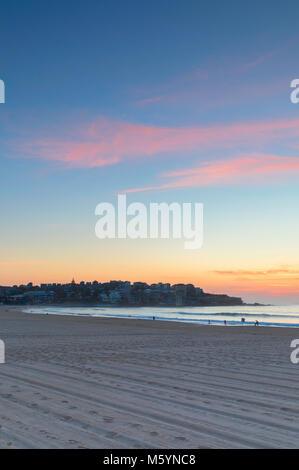 La plage de Bondi au lever du soleil, Sydney, New South Wales, Australia Banque D'Images