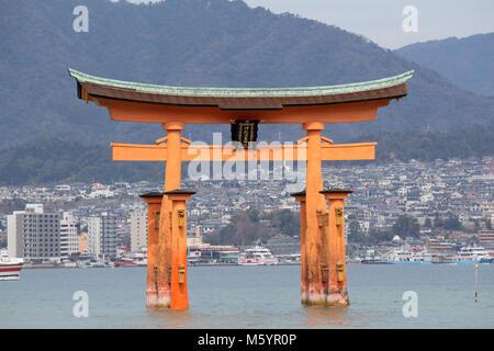 Itsukushima, également connu sous le nom de Miyajima, est une petite île dans la baie de Hiroshima.juste au large Banque D'Images