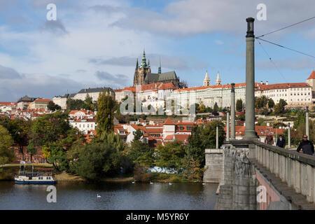 Prague, République tchèque - octobre, 6, 2017: le château de Prague vu depuis le pont Mánes en automne Banque D'Images