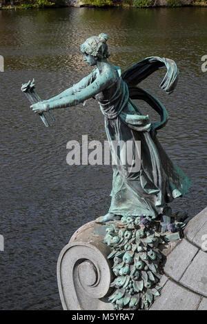 Prague, République tchèque - Le 8 octobre 2017: statue en bronze sur le pont Manesuv sur la rivière Vltava à Prague Banque D'Images