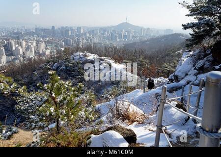 Corée du Sud: vue depuis la colline couverte de neige sur la ville de Séoul. Photo de 31. Décembre 2017. Dans le Banque D'Images